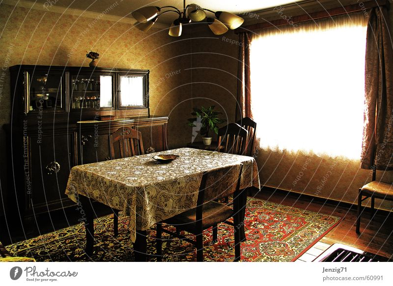 Gute Stube. Tisch Schrank Teppich Fenster Gardine Stuhl Lampe Dreißiger Jahre retro Dorf Tapete alt chair table lamp wallpaper
