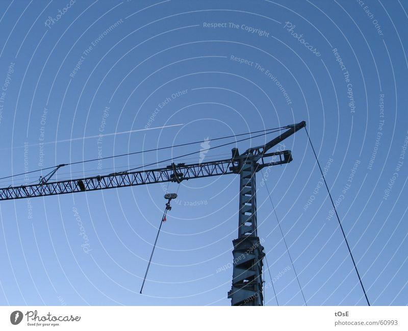 Der Kran und der Kranich Flugzeug Kondensstreifen Haken Drahtseil Stahl parallel Himmel Schönes Wetter blau lufthansa