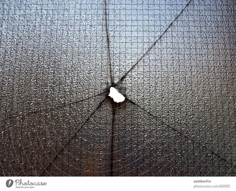Manchmal möchte man echt n Stein reinschmeißen... Haus Fenster Gebäude springen Glas kaputt Bauwerk Wut Gewalt Riss Fensterscheibe Loch Frustration Ärger Schuss
