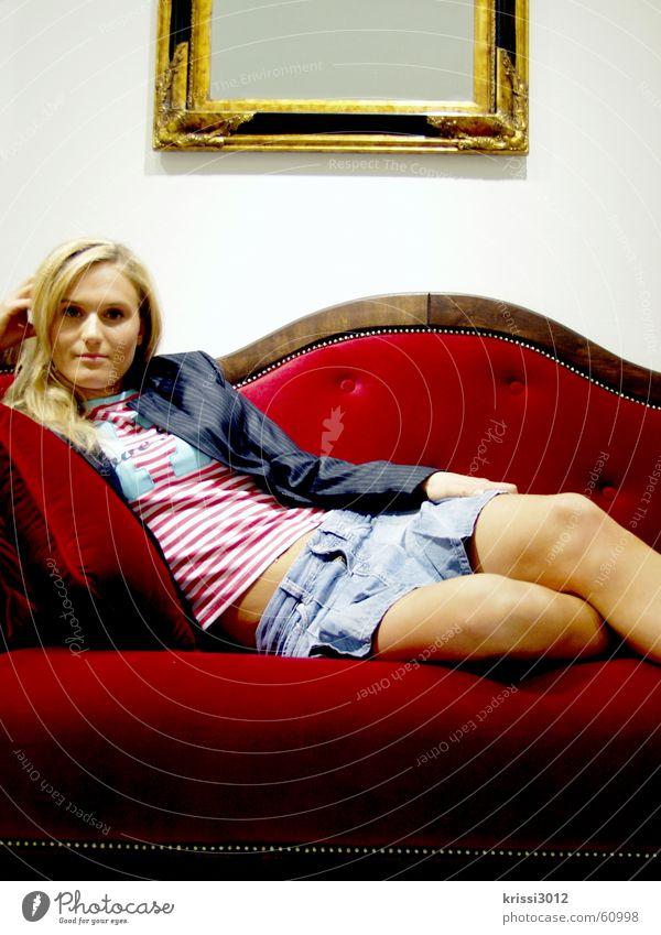 red couch Frau schön rot blond gold Sofa Spiegel Möbel edel Prinzessin Samt Königlich