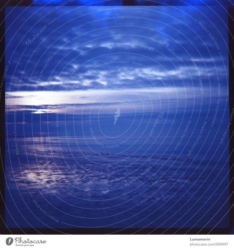 ultramarin Landschaft Urelemente Luft Wasser Himmel Wolken Horizont Strand Nordsee Meer Ferne Unendlichkeit kalt blau Stimmung Reinheit träumen Sehnsucht