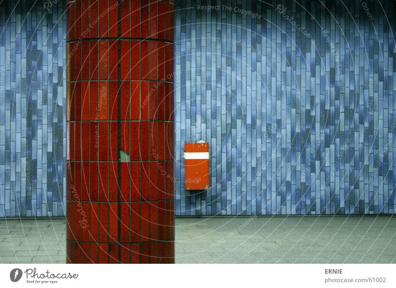 Underground dunkel dreckig kaputt Bodenbelag Fliesen u. Kacheln U-Bahn Köln Bahnhof Säule Müllbehälter Eimer Bodenplatten Öffentlicher Personennahverkehr Urin