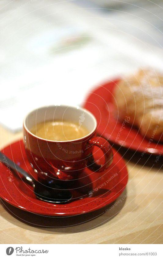 Business-Frühstück Tasse Teller Croissant Pause heiß Löffel rot Espresso Zeitung lesen Zucker süß Tisch Besteck Backwaren Kaffee unterteller frühstücken