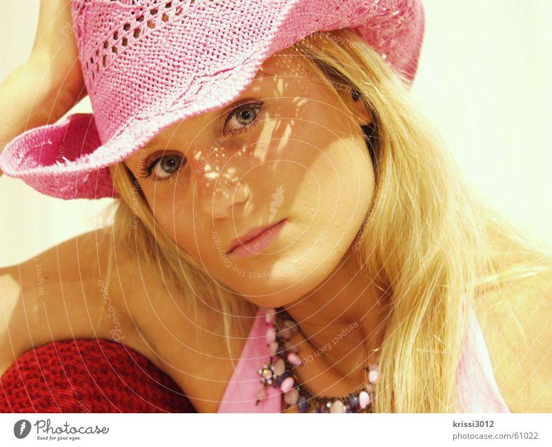 pink lady III Frau schön rot Sommer blond Arme rosa Hut Kette anlehnen abstützen