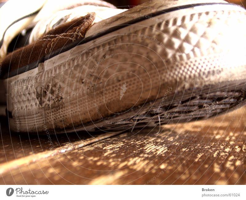 Shoebiduuu!!! Chucks Schuhe Holz Schuhsohle Gummi dreckig Bodenbelag Makroaufnahme