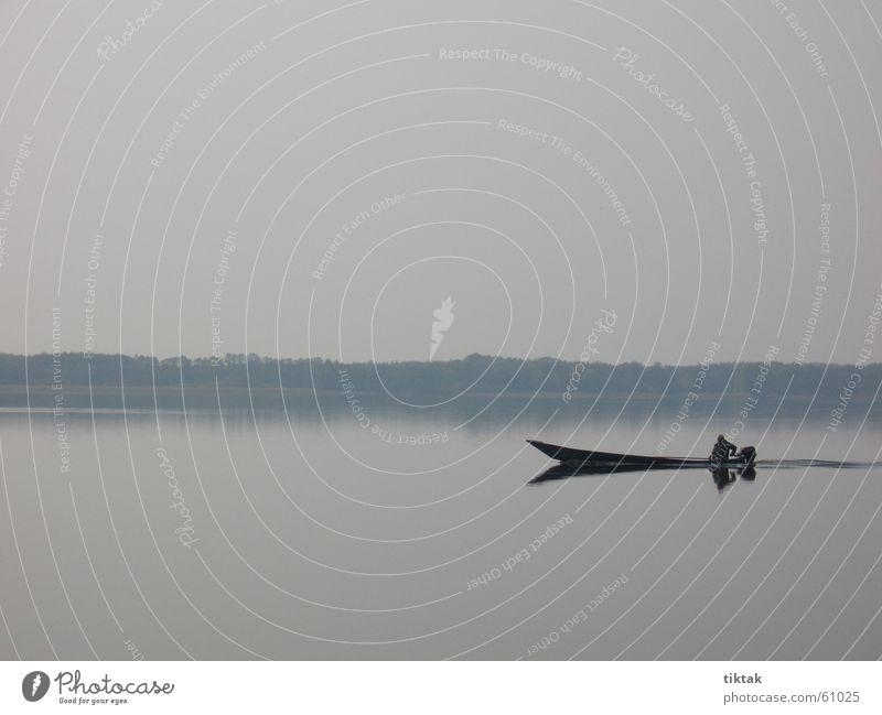 Immer mit der Ruhe ruhig See Wasserfahrzeug sanft Fischer Fischerboot beschaulich blau-grau