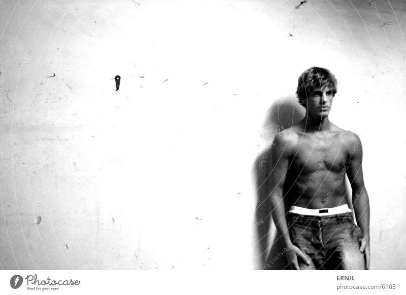 Schonwieda ich Mann Wand Haare & Frisuren braun Haut maskulin Jeanshose Körperhaltung Hose Shorts Selbstportrait Porträt anlehnen Sport Boxer Sportler