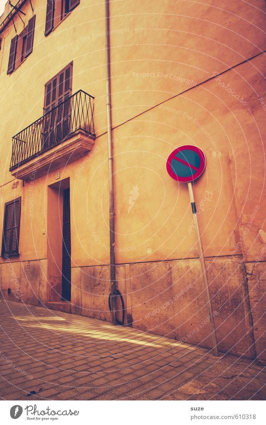 Artgerechte Haltung Stadt Haus gelb Fenster Wärme Wand Straße Wege & Pfade Mauer Fassade Tür trist Häusliches Leben Schilder & Markierungen Hinweisschild