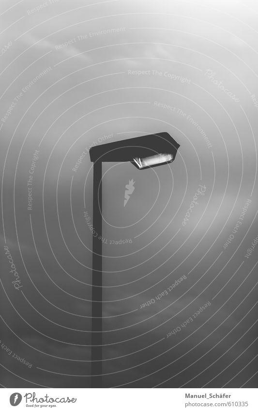 Straßenlaterne - Der Wegerleuchter Stadt Straßenbeleuchtung Verkehrswege dunkel einfach trist grau schwarz weiß Einsamkeit Endzeitstimmung Wege & Pfade