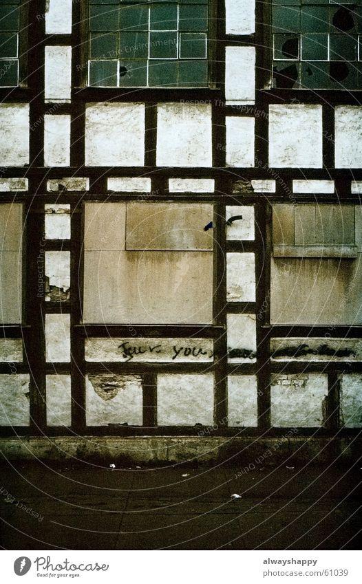 Sandro macht jetzt Kunst. alt Fenster leer trist kaputt schäbig Osten Spray Leerstand sprühen Glasscheibe Straßenkunst verrotten Thüringen Fachwerkfassade