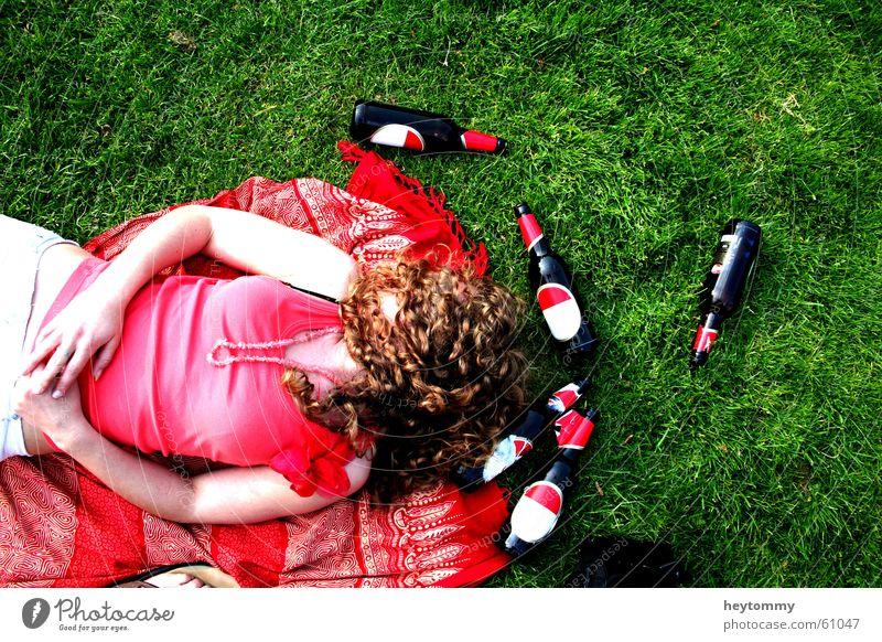 beer, sun and rock n roll Frau Natur Ferien & Urlaub & Reisen Sommer rot Sonne ruhig Erholung Wiese Tod feminin Gras Freiheit Haare & Frisuren lachen Garten