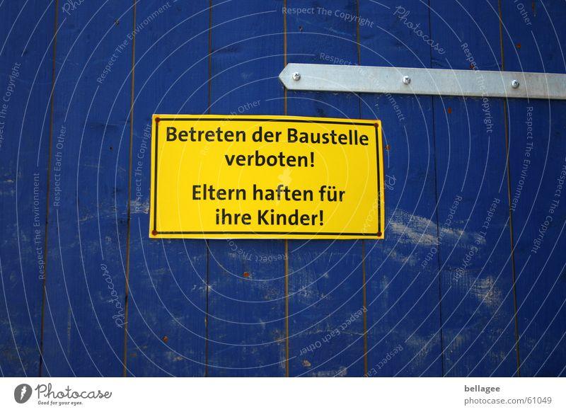ihr kinderlein kommet.... Kind blau gelb Schilder & Markierungen Baustelle Zaun Holzbrett Eltern Respekt Familie & Verwandtschaft Verbote Warnhinweis