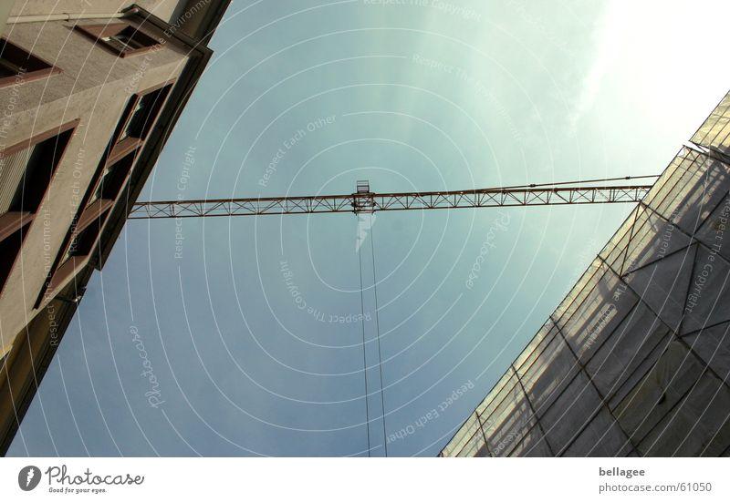 balancierakt Baustelle Kran Haus diagonal Licht Baugerüst Himmel Seil Verbindung Brücke planen Außenaufnahme