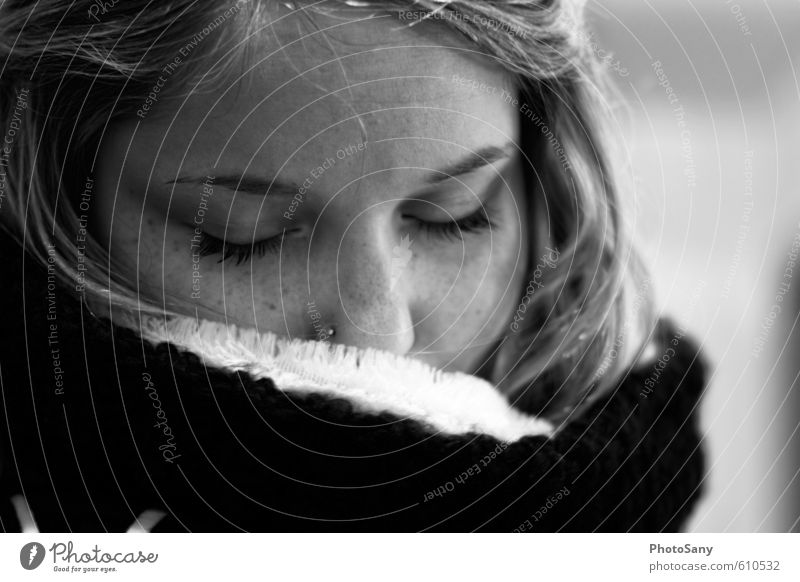 ein kleiner moment Mensch feminin Junge Frau Jugendliche Haare & Frisuren Gesicht Nase 1 18-30 Jahre Erwachsene Schal genießen träumen einfach kuschlig