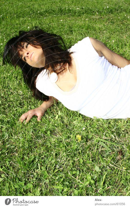 Naturverbunden Frau Gras Wiese grün weiß strahlend Erholung Picknick Sommer Frühling schön schwarz Top liegen Rasen Fleck dreckig hell Sonne haaree