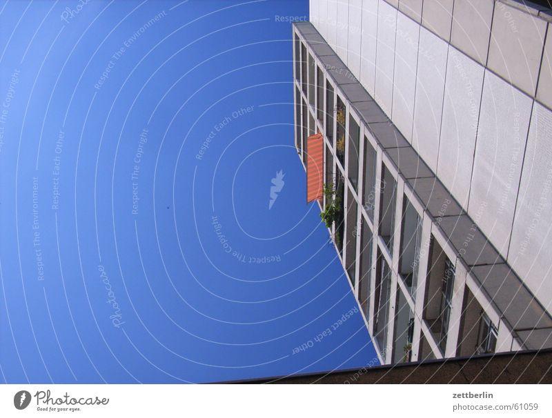 Mittlere Wohnlage Hochhaus Balkon Markise Stadt Kreuzberg Himmel Schönes Wetter hoch blau orange zettberlin Außenaufnahme