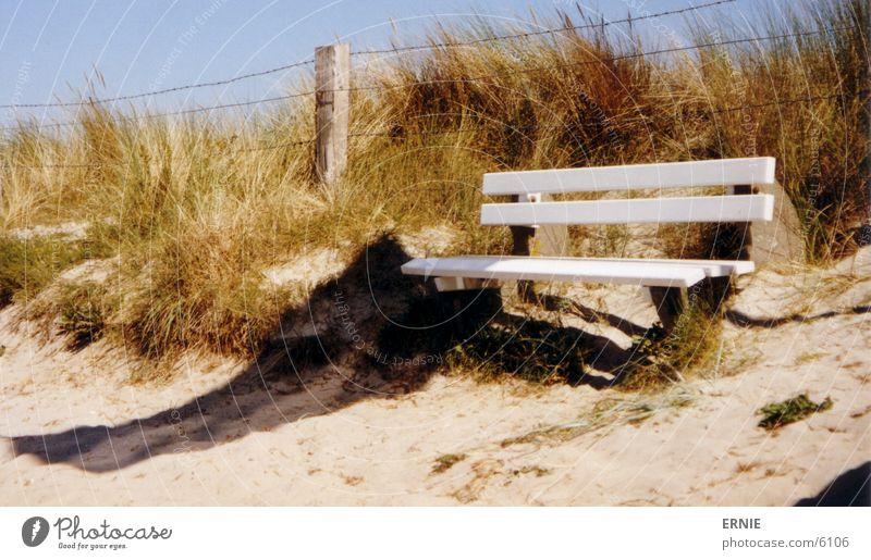 noch ne Bank Himmel weiß blau Strand Ferien & Urlaub & Reisen Holz Sand Wind sitzen Freizeit & Hobby Hügel Stranddüne Ostsee Draht