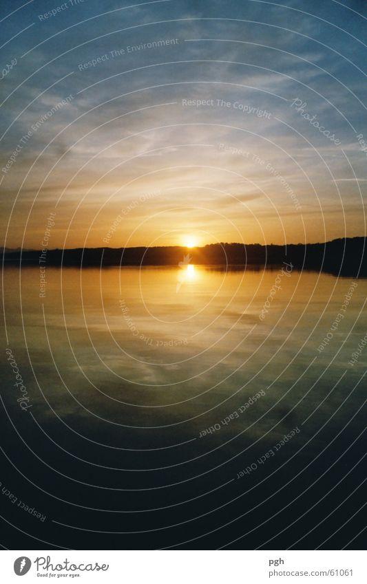 Sonnenuntergang am Starnberger See Wasser Himmel blau gelb Stimmung Glätte