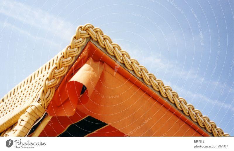 der schiefe Strandkorb Himmel blau Strand Ferien & Urlaub & Reisen Wolken orange Strandkorb gestreift Korb Makroaufnahme geflochten