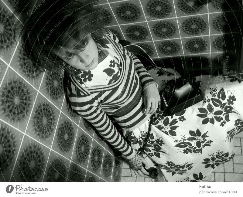 In der Ecke Frau Mädchen Blume Haare & Frisuren sitzen Telefon Bodenbelag Kleid Fliesen u. Kacheln Toilette gestreift Sechziger Jahre Siebziger Jahre