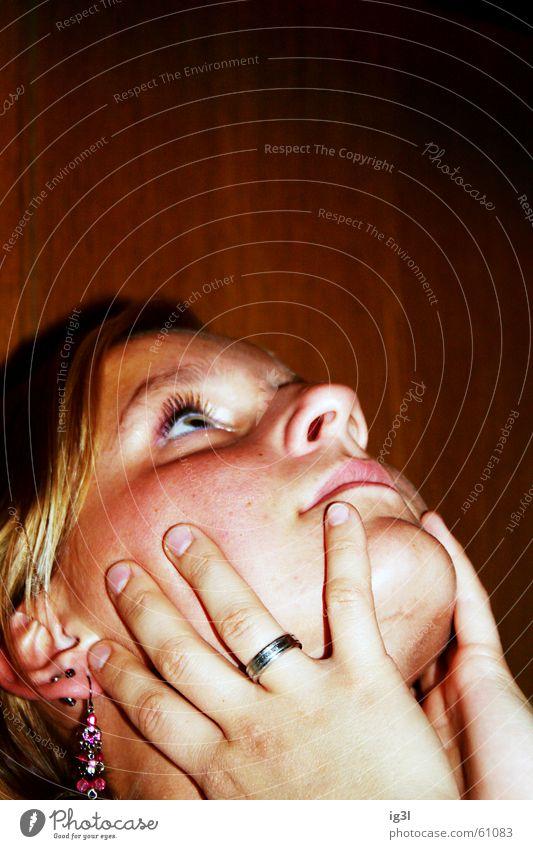 manuelle kopfausrichtung Denken Trauer seltsam Mensch Hand berühren edel Schmuck rund hart Finger hören Wimpern Schminke Stil Nasenloch feminin Frau