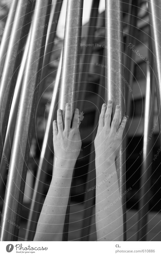 hände hoch Mensch Frau Jugendliche Stadt Hand Einsamkeit Junge Frau Erwachsene Leben feminin Architektur Kraft Arme berühren Unendlichkeit Sehnsucht