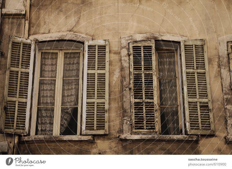 Aufriss alt Einsamkeit Haus dunkel Fenster Traurigkeit grau braun Fassade trist Armut kaputt Verfall Riss Altstadt Vorhang