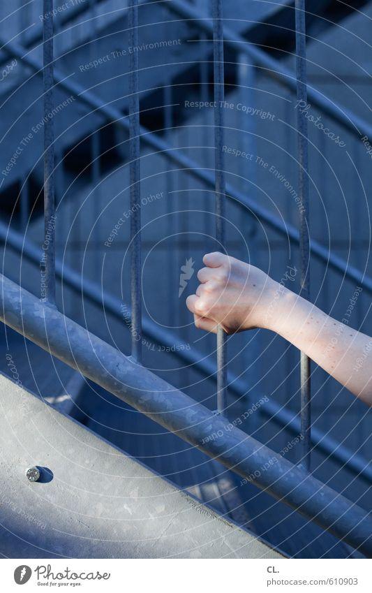 alles im griff Mensch Frau Jugendliche Hand Einsamkeit Junge Frau Erwachsene feminin Gebäude Architektur Linie Treppe Kraft Arme Finger Sicherheit