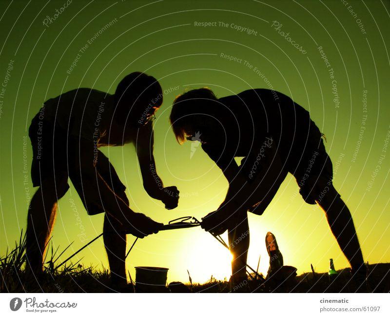 Teamwork Mensch Mann grün Sonne Sommer dunkel Gras Metall Beine Arbeit & Erwerbstätigkeit Feld Arme Erfolg planen Bekleidung Rasen