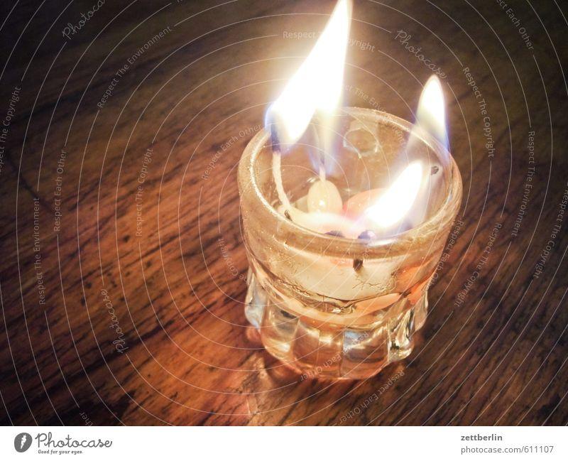 Kompaktadvent band Becher Boden Bodenbelag Brandgefahr brennen Flur Holzfußboden Kerzendocht Docht dunkel bedrohlich gefährlich Risiko Glas Licht Wachs Feuer