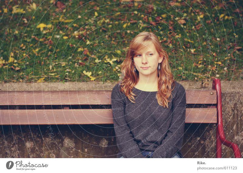 Was dein Herz dir sagt. Mensch feminin Junge Frau Jugendliche Leben 1 18-30 Jahre Erwachsene Natur Herbst Schönes Wetter Gras Blatt Park blond langhaarig Holz