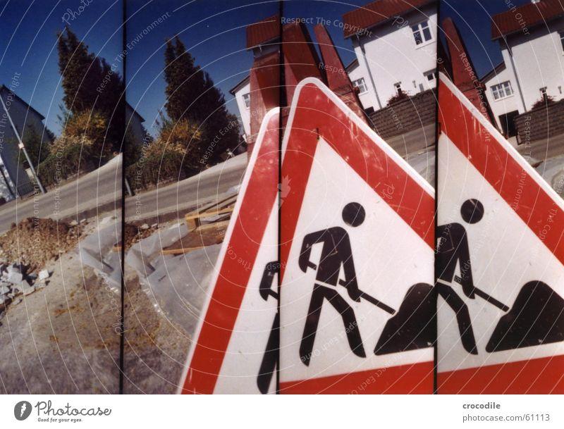 bauarbeiter Mensch Mann Natur grün Baum rot Haus Straße Fenster Arbeit & Erwerbstätigkeit Erde Schilder & Markierungen Baustelle Dach Zaun Schaufel