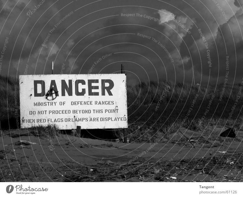 Danger weiß schwarz Wolken dunkel gefährlich bedrohlich Großbritannien
