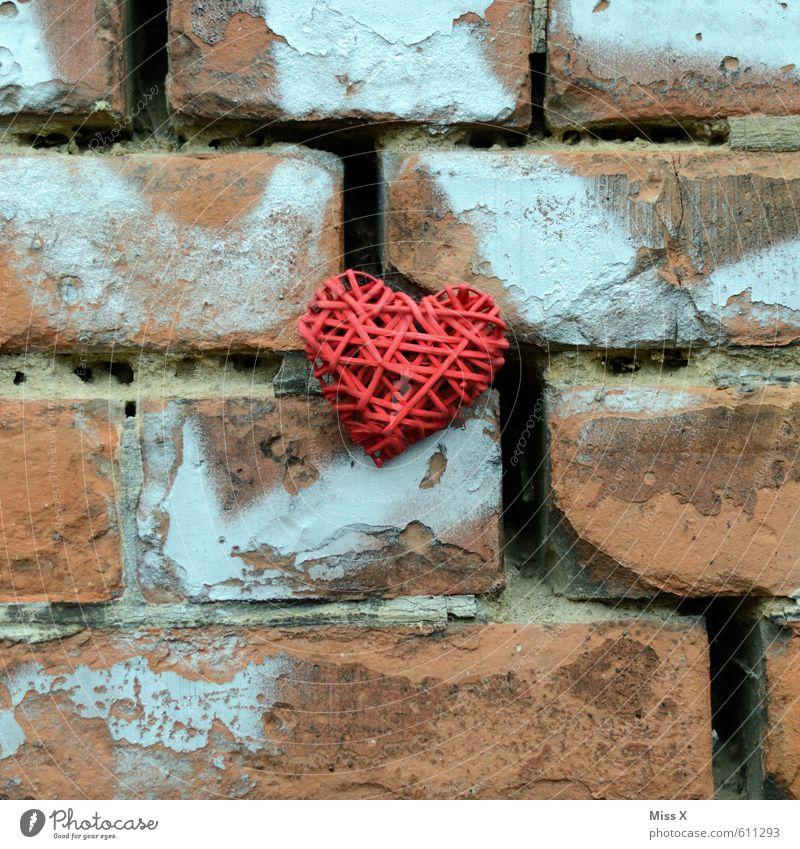 Gebrochen alt rot Wand Gefühle Liebe Mauer Stein Stimmung Fassade Herz Backstein Verliebtheit Riss Trennung Liebeskummer Renovieren