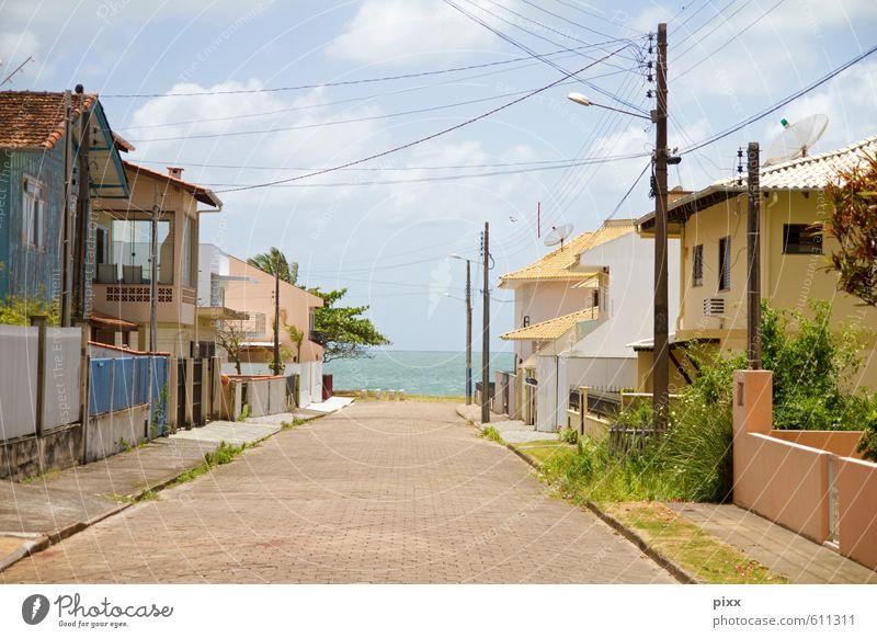 rua liberdade | da hinten ist das meer Himmel Ferien & Urlaub & Reisen blau Pflanze Sommer Sonne Meer ruhig Wolken Haus Strand Ferne Wärme Straße Küste Architektur