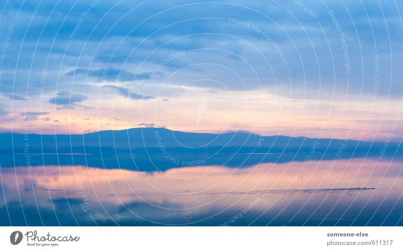 Dimensionslos Landschaft Wasser Wolken Seeufer Ente ästhetisch Unendlichkeit blau Zeit Zufriedenheit ruhen ruhig Berge u. Gebirge Ewigkeit Farbfoto