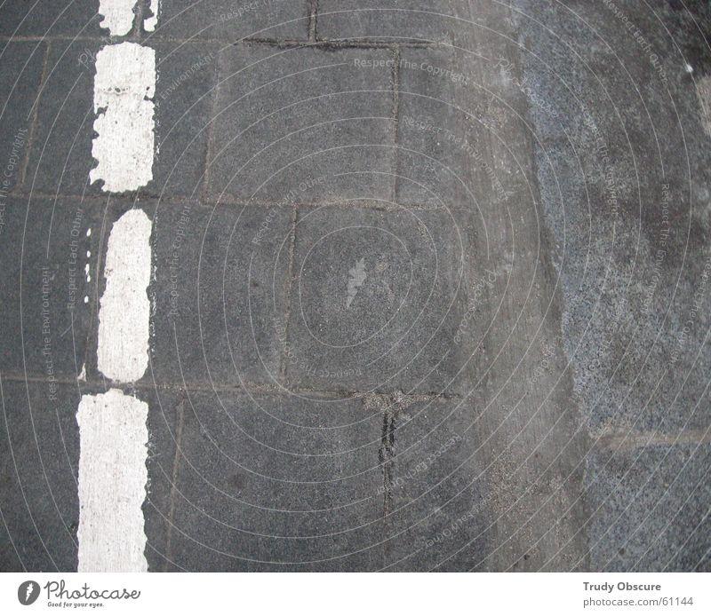 white stripes vs. grey street weiß Farbe grau Stein Bodenbelag Station Grenze Hinweisschild Bahnhof Symbole & Metaphern Untergrund Bahnsteig Bodenplatten Steinplatten Wegrand