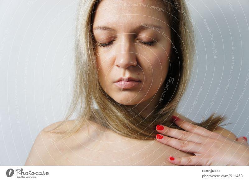 Junge Frau mit geschlossenen Augen elegant Stil schön Körper Haare & Frisuren Haut Gesicht Kosmetik Schminke Mode Bekleidung blond Erotik feminin weich Gefühle