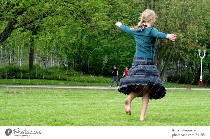 Pure Lebensfreude Mädchen grün Sommer Wiese Bewegung Glück Park frei Fröhlichkeit Drehung