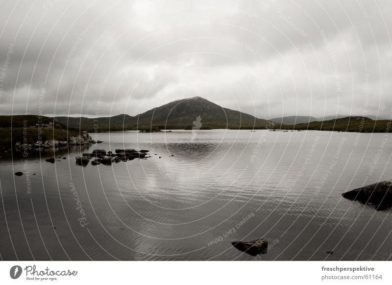 loch nan eilean Schottland wandern See Teich Hügel Wolken Wellen grau trist dunkel trüb Einsamkeit Nebel Hebriden Landschaft Wasser Berge u. Gebirge regenerisch