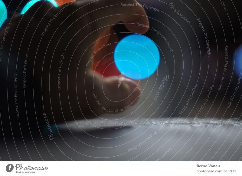 ich nehm' die blaue Hand schwarz grau maskulin orange Beton Kreis rund greifen Daumen Täuschung Lichtspiel kreisrund Illusion Redewendung
