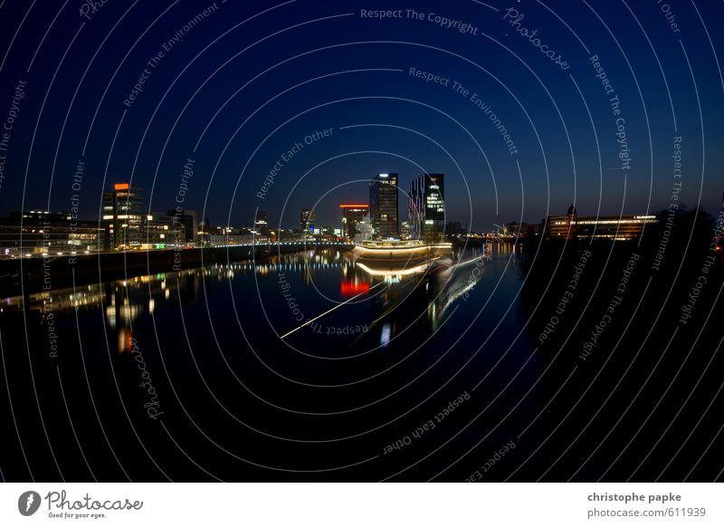 Düsseldorf -Medienhafen abends Stadt Gebäude Architektur Büro modern ästhetisch Hafen Bauwerk Wolkenloser Himmel Skyline Flussufer Sehenswürdigkeit Stadtrand