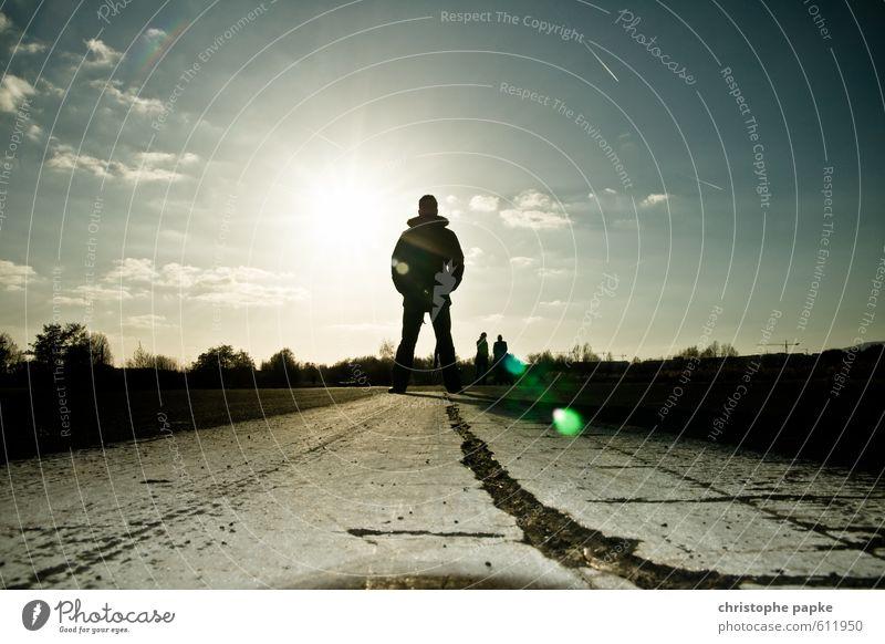 Kontur maskulin 1 Mensch Sonne Sonnenlicht Straße Wege & Pfade stehen bedrohlich Endzeitstimmung anonym Landebahn Farbfoto Gedeckte Farben Außenaufnahme
