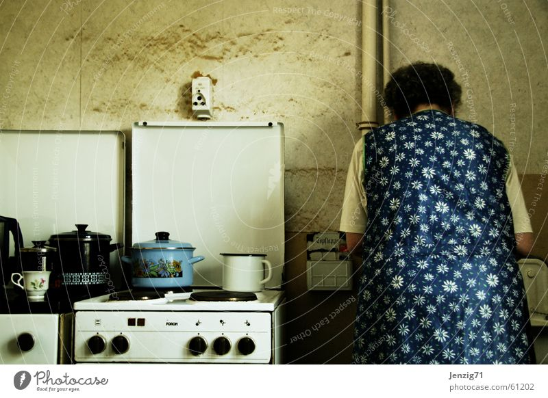 Kochstelle. Herd & Backofen Küche Topf kochen & garen Frau Schürze Häusliches Leben küchendienst