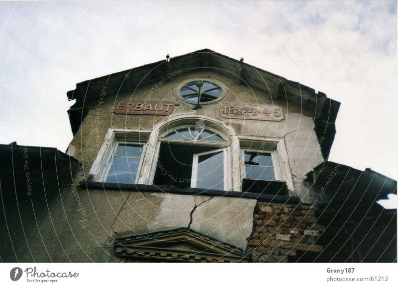 Zahn der Zeit Haus verfallen Fenster Scherbe Mauer Backstein Putz Mörtel Dach Fensterbrett Wohnung Wolken weiß Stil Verfall Demontage Dachziegel Fabrik Dorf