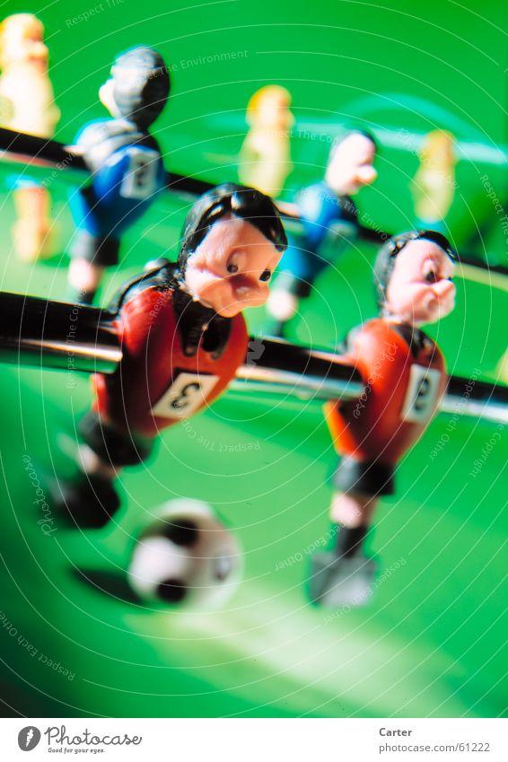 voll durchziehen Trikot Tischfußball grün Aktion Mann Sportmannschaft Ball ballgefühl Beleuchtung Freude Schwache Tiefenschärfe Momentaufnahme