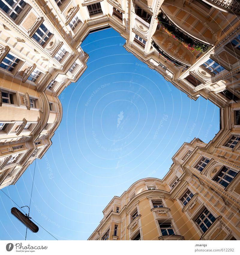 Hochburg Wolkenloser Himmel Sonnenlicht Schönes Wetter Haus Bauwerk Gebäude Architektur Fassade Balkon Fenster Häusliches Leben hoch schön Perspektive Reichtum