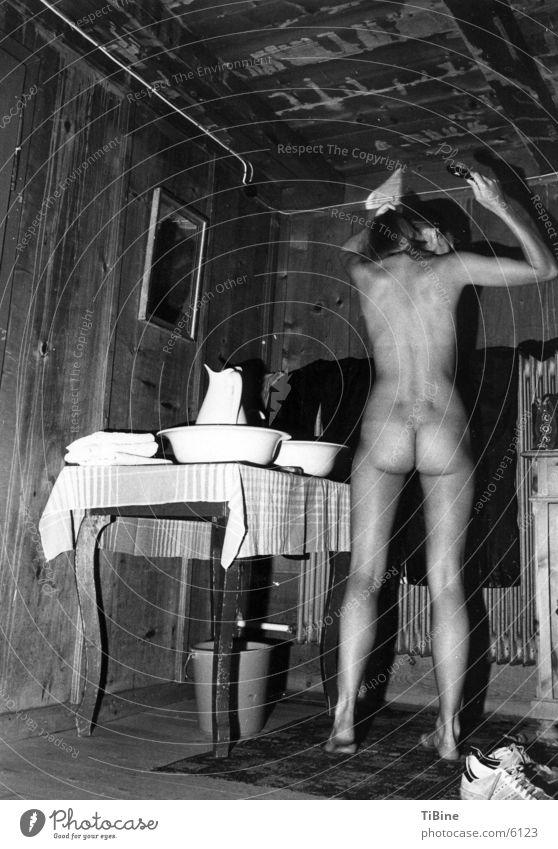 Abends auf der Hütte nackt feminin Frau Junge Frau Akt Schwarzweißfoto waschschüssel Haarpflege Rücken Weiblicher Akt Ganzkörperaufnahme Haarbürste Rückansicht