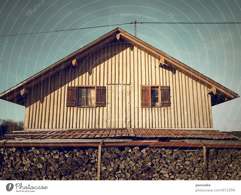 alles nur fassade | geisterhaus Haus dunkel Fenster Gebäude Holz Fassade leer Armut einfach Zeichen Dorf Hütte Unbewohnt Strommast Fensterladen bescheiden