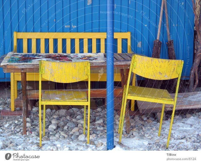 Stilleben in blau und gelb 2 Tisch Bank Stuhl Häusliches Leben Stillleben Bauwagen